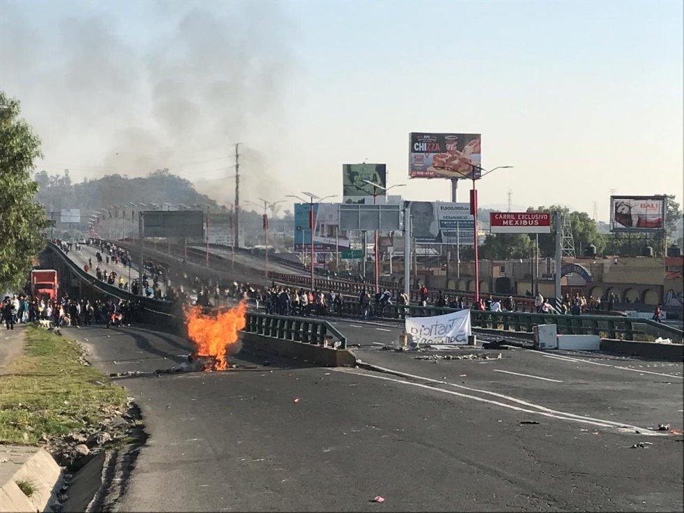 Momentos de tensión en la México-Pachuca. Una moto patrulla intentó pasar por donde está el bloqueo y fue recibido a golpes, la moto fue vandalizada por los manifestantes