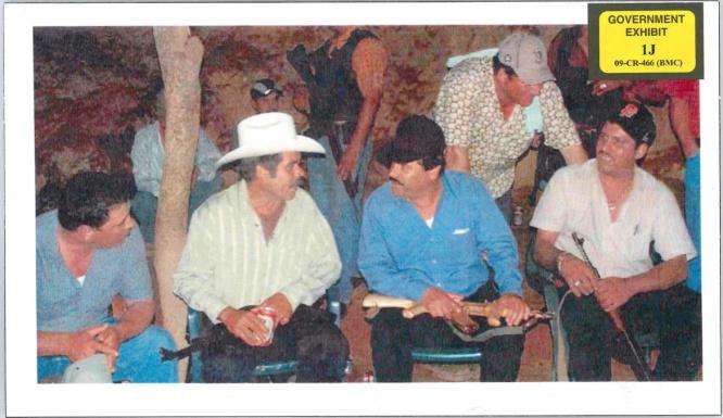 El Chapo y su AK 47 de oro