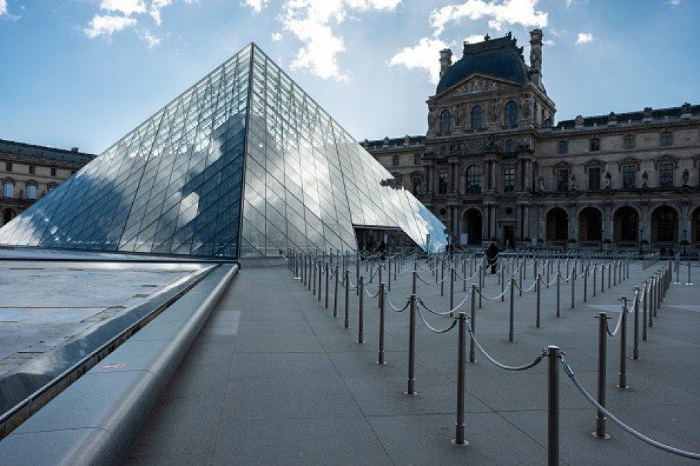 Vista del Museo del Louvre, más tranquila que nunca en París, Francia.
