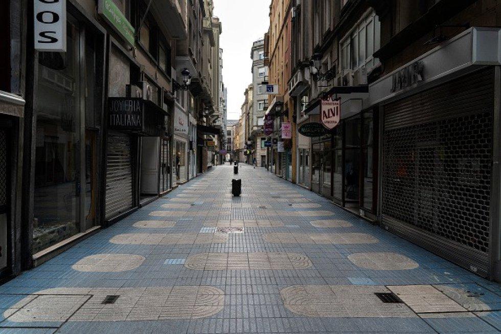 Emergencia por coronavirus en Santander, España. Una calle central de Santander se vacía durante la cuarentena obligatoria decretada por el gobierno como resultado del coronavirus.