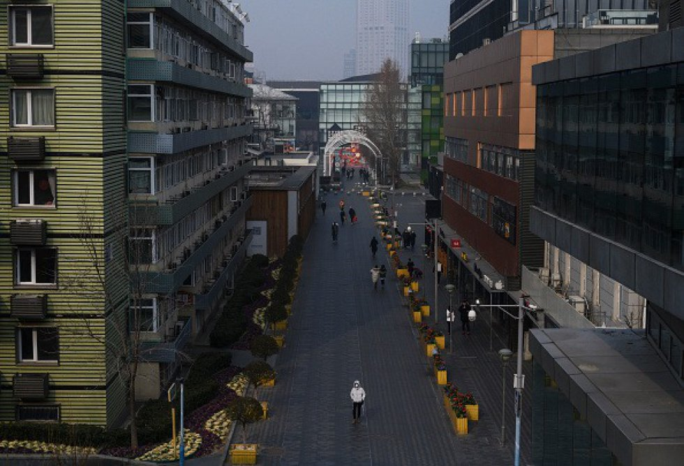 Las calles se ven casi vacías en una gran zona comercial que generalmente estaría ocupada durante las vacaciones del Año Nuevo Chino y el Festival de Primavera el 28 de enero de 2020 en Beijing, China.