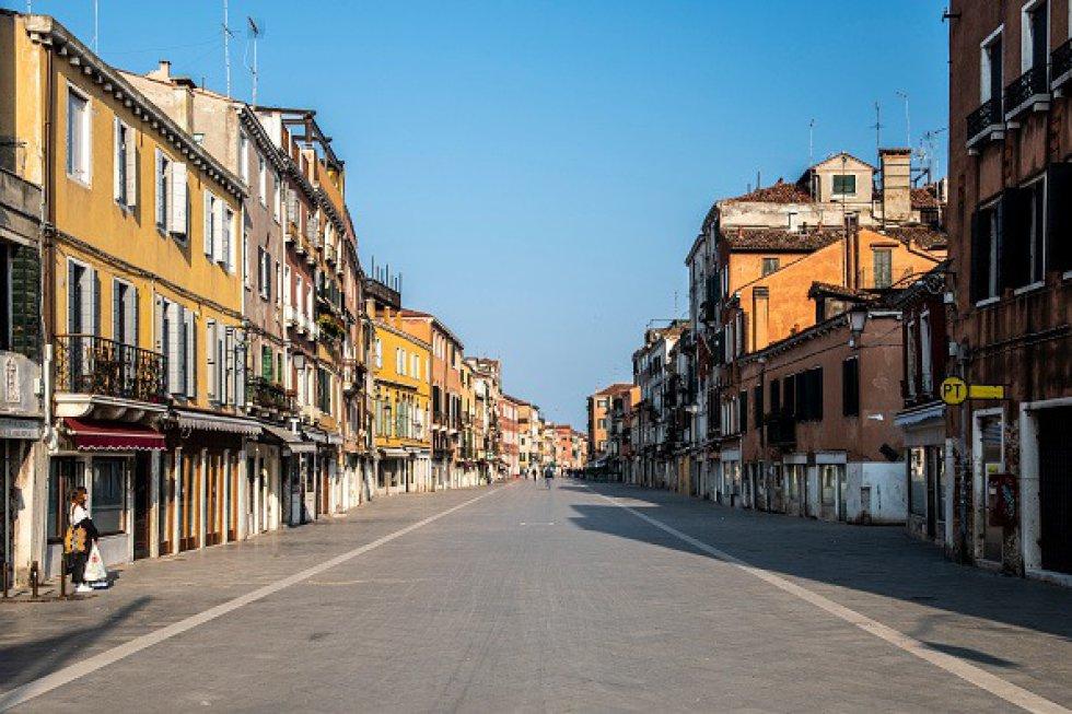 Venecia parece totalmente vacía durante la emergencia COVID-19. Casi no hay gente en las calles, excepto aquellos que esperan para comprar comida en los supermercados.