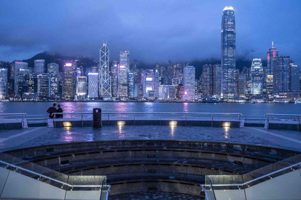 Hong Kong prohíbe la entrada a los no residentes por el aumento de los casos importados de coronavirus
