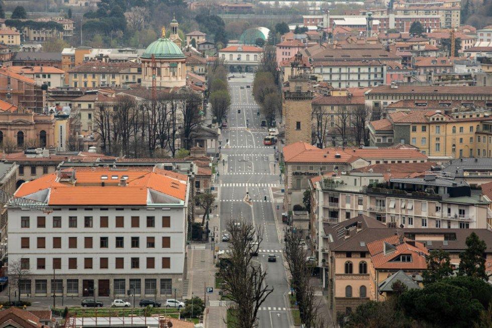 Una vista general de un desierto Viale Vittorio Emanuele II de la ciudad alta el 25 de marzo de 2020 en Bérgamo, cerca de Milán, Italia
