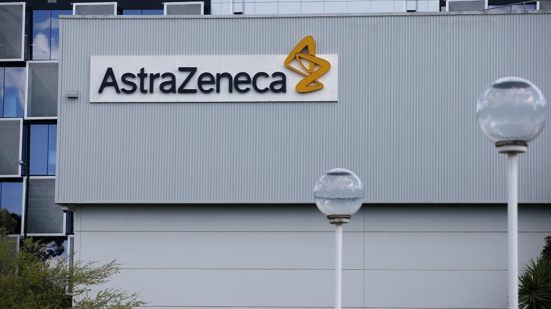 Suman 2 voluntarias de AstraZeneca con reacciones tras vacuna vs COVID-19