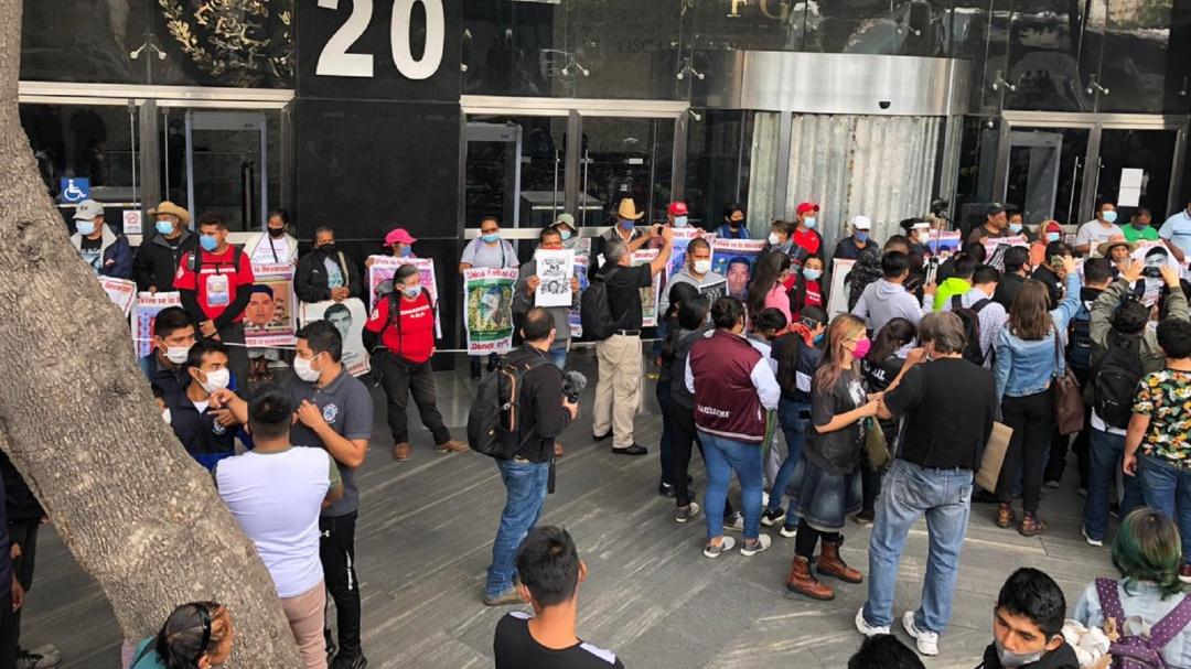Padres de los 43 normalistas se reúnen con el fiscal especial de Caso