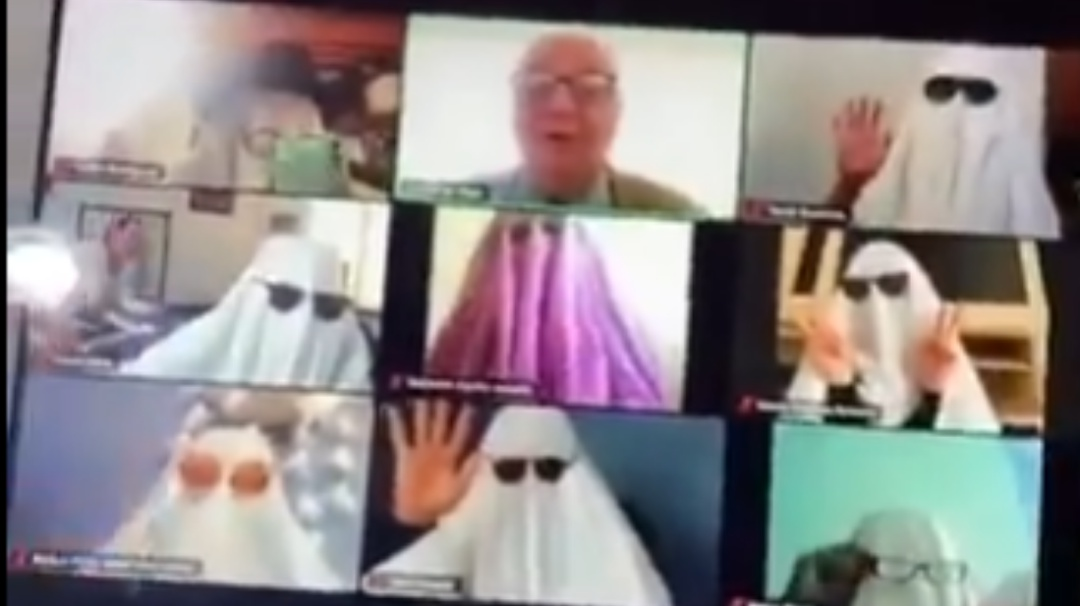 Alumnos asustan a profesor vestidos de fantasmas durante clase en línea