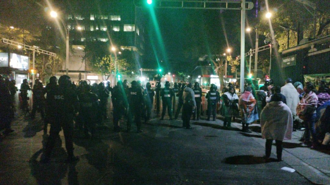 Policías encapsulan a manifestantes en el Senado
