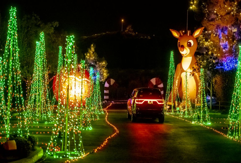 Un automóvil atraviesa una de las muchas exhibiciones de luces en Light of the World: Christmas Lights en Saddleback en la Iglesia Saddleback en Lake Forest