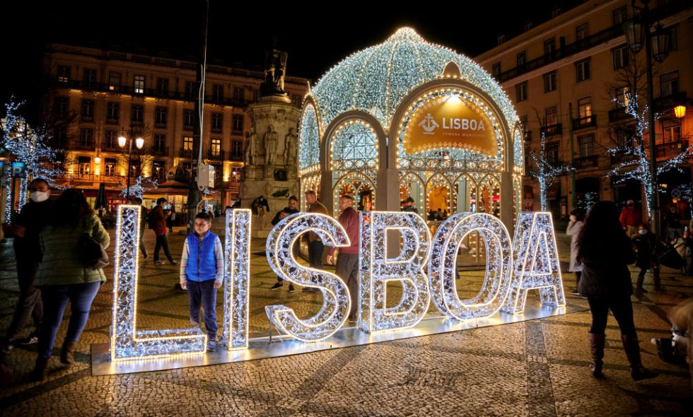 Las personas llevan mascarillas protectoras se reúnen para las decoraciones de Navidad y Año Nuevo instaladas en la Praça Luís de Camões en Chiado, durante la pandemia del coronavirus COVID-19, desde Lisboa, Portugal