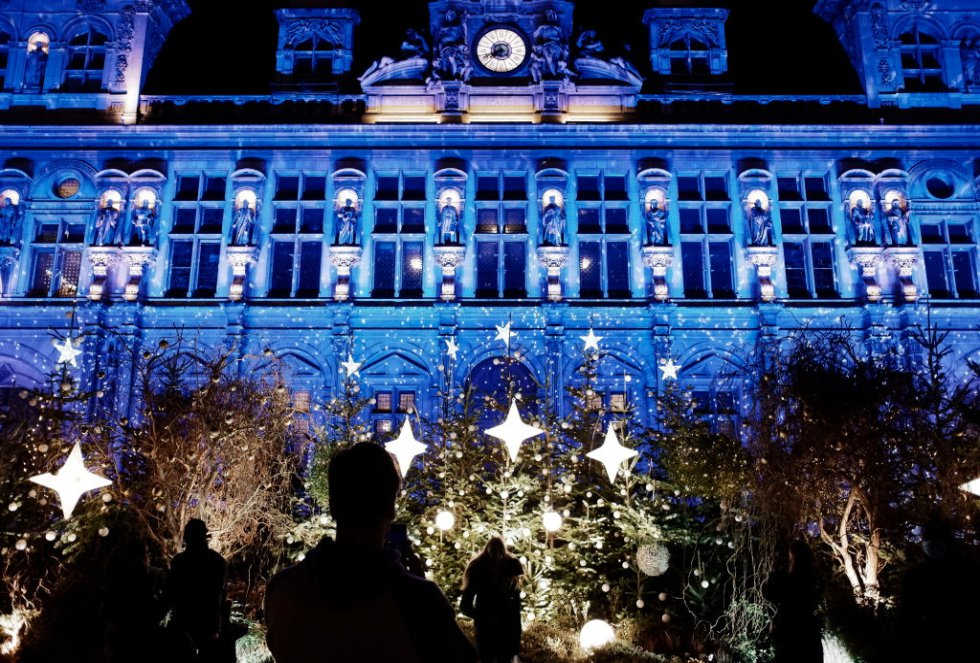 Decoración ligera en el ayuntamiento de París para las vacaciones de Navidad