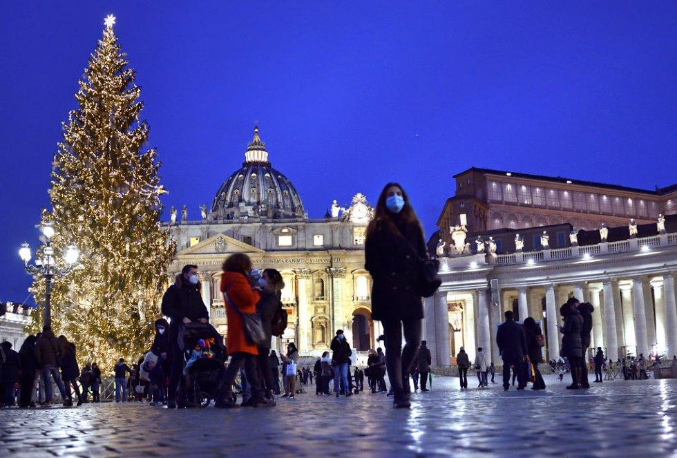Árbol de Navidad en la plaza San Pedro. Ciudad del Vaticano
