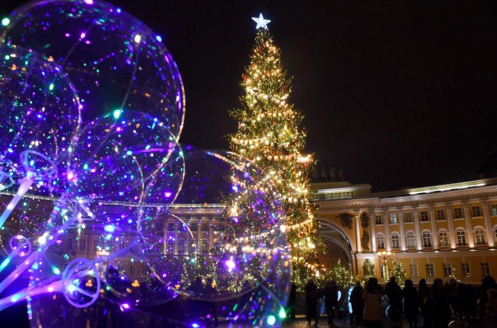 Árbol de Navidad en la plaza Dvortsovaya (Palacio) en el centro de San Petersburgo