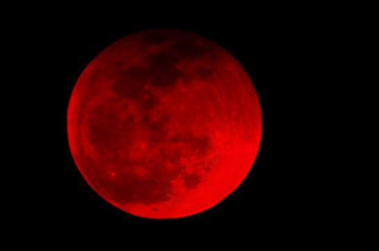 El color rojizo se da porque la luz solar no llega directamente a él, pues parte de ella se filtra por la atmósfera de la Tierra.