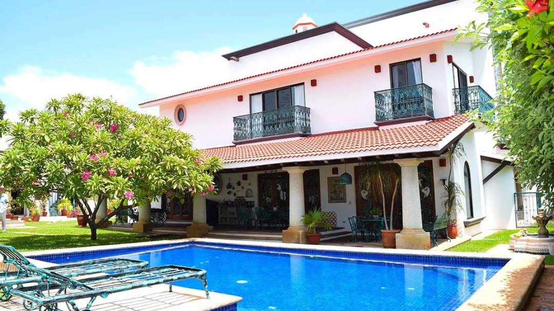 Así es la lujosa mansión de 'Chespirito' que está a la venta