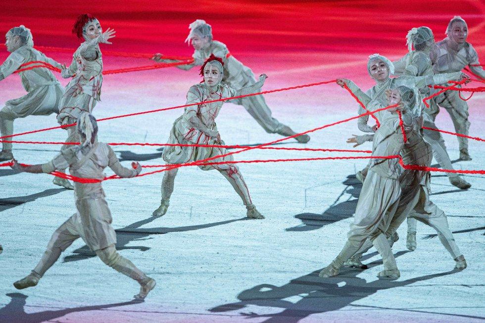 Los bailarines actúan durante el espectáculo de la inauguración.