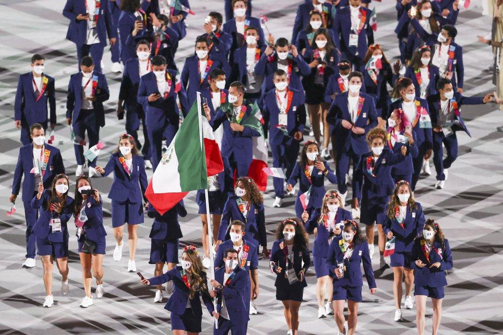 La delegación mexicana desfila en la inauguración de los Juegos de Tokio.