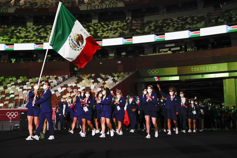 Los atletas Rommel Pacheco y Gabriela López fueron los abanderados de la delegación mexicana.
