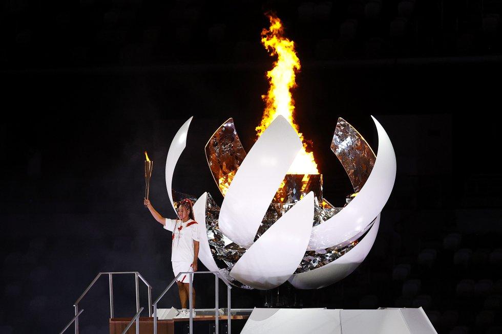 La tenista japonesa, Naomi Osaka, enciende la llama de la esperanza en el Pebetero Olímpico.