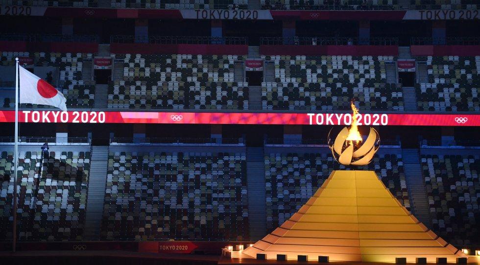 La llama olímpica arde tras el encendido del Pebetero Olímpico durante la ceremonia de apertura.