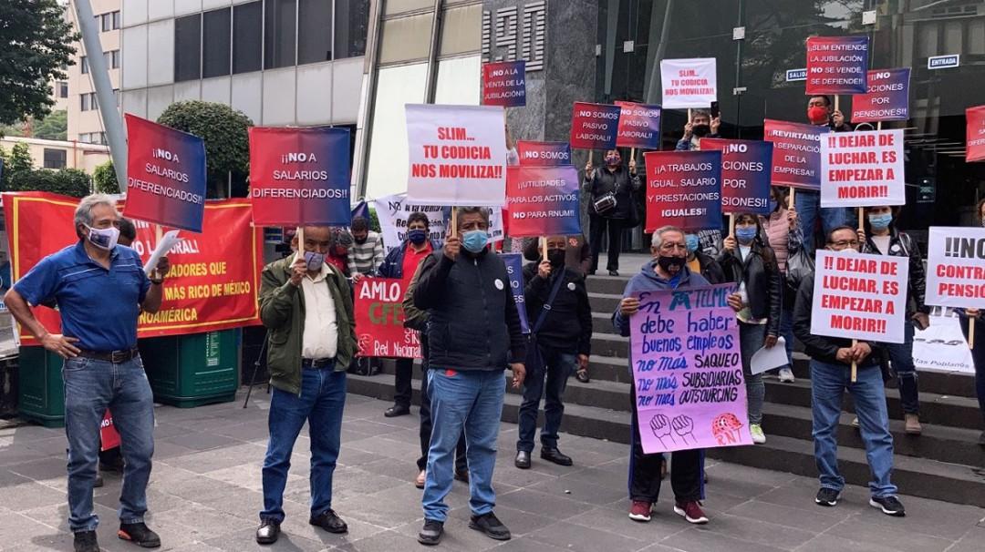 Protestan trabajadores de Telmex contra Carlos Slim